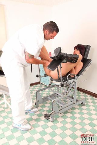 ginecólogo inspected cuerpo follada